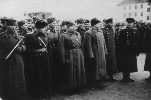 Командующий 1-м Белорусским фронтом маршал Советского Союза Г. К. Жуков (четвертый слева в первом ряду). 1944