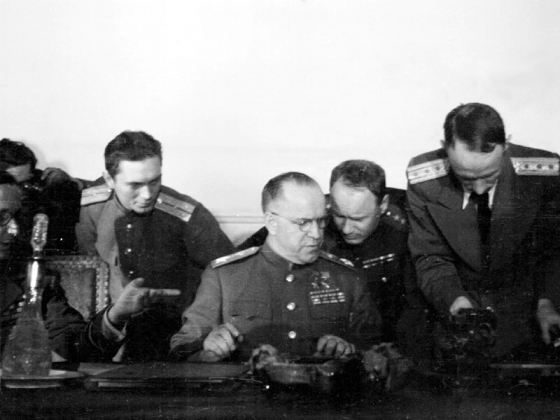 Г. К. Жуков от имени СССР подписывает Акт о безоговорочной капитуляции