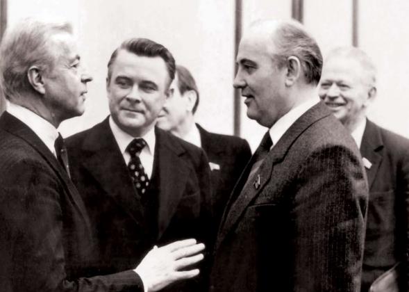 Встреча Михаила Горбачёва с официальным представителем «Дойче банк» Вильгельмом Кристиансом (слева) стала первой встречей генсека с иностранными банкирами. Март 1985 год