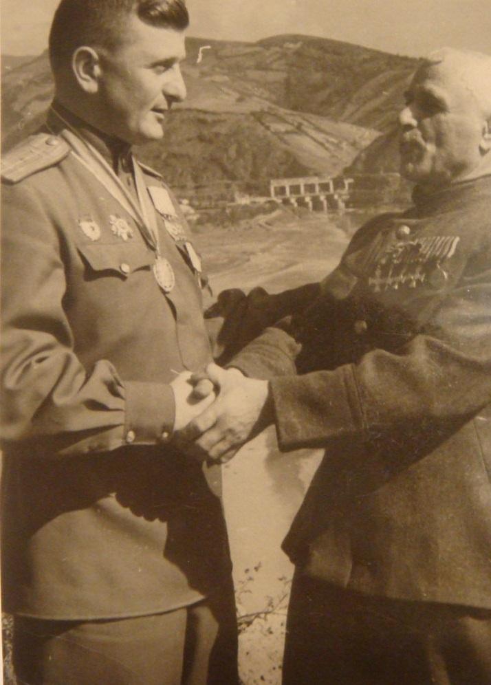 Народный Герой Югославии и награждённый семью орденами СССР Александр Маначадзе со своим дядей, полным Георгиевским кавалером Семёном Маначадзе