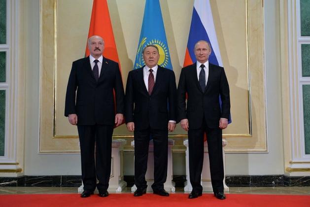 Президент России Владимир Путин с Президентом Республики Казахстан Нурсултаном Назарбаевым и Президентом Республики Беларусь Александром Лукашенко