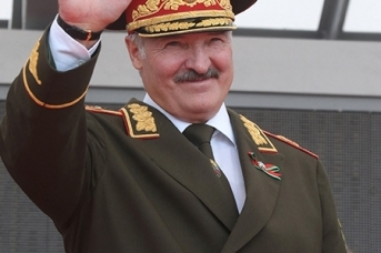 Александр Лукашенко в военном мундире