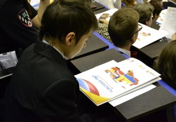 Калининградский школьник рассматривает провокационную карту на форуме национального единства