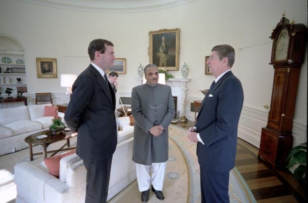 Мухаммед Зия-уль-Хак (пакистанский генерал, захвативший силой власть в стране) с президентом США Рональдом Рейганом