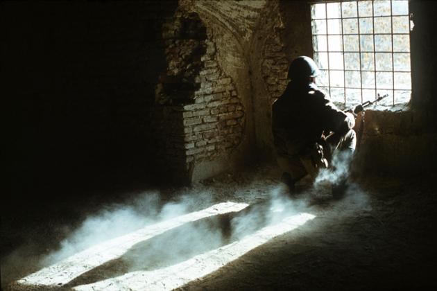 Советский солдат в укрытии