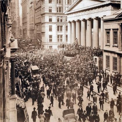 Толпа людей на Уолл-стрит во время банковской паники в октябре 1907 года