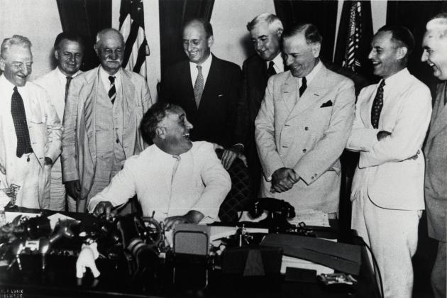 Закон о банковской деятельности, подписанный Рузвельтом 23 августа 1935 года, завершил реструктуризацию Федерального резерва и финансовой системы, начатой администрацией президента Гувера
