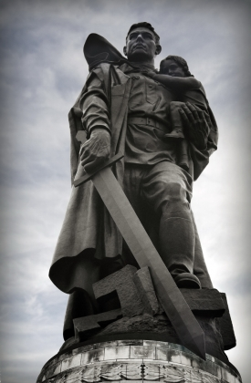 Монумент «Воин-освободитель» в Трептов-парке в Берлине