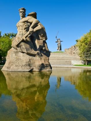Площадь «Стоять насмерть». Скульптура воина-богатыря, вросшего в волжский берег