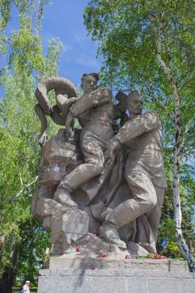 Площадь Героев. Скульптура «Два бойца, сбрасывающие в Волгу свастику и фашистскую гидру»