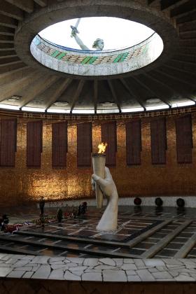 Скульптурная композиция в центре Зала Воинской Славы: рука погибшего героя, передающего следующим поколениям Вечный огонь жизни