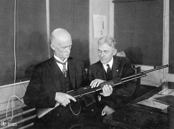 Джон Мозес Браунинг со своей винтовкой
