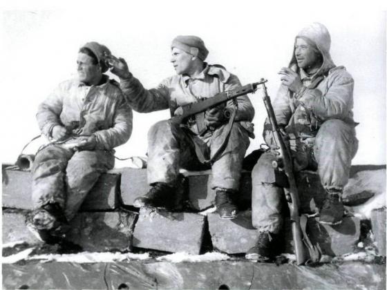 Советские разведчики, вооружённые автоматами Фёдорова, на захваченном финском доте. 1939-1940