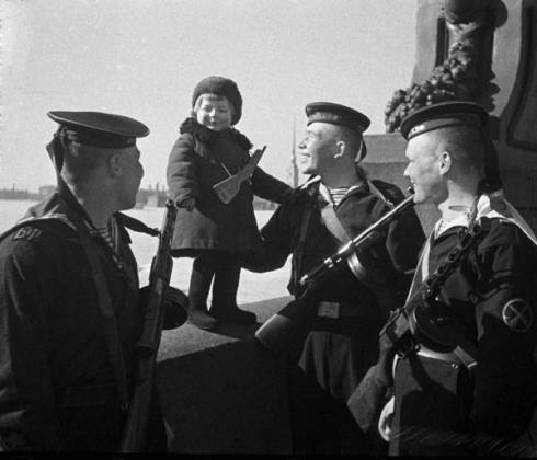 Моряки Балтийского флота, вооружённые ППД и ППШ