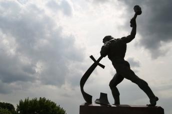 Аллегорическая статуя «Перекуём мечи на орала» работы скульптора Евгения Вучетича, установленная у здания ООН в Нью-Йорке