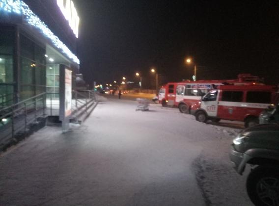 Автомобили служб ЧС возле ТЦ «Галактика» в Барнауле. В день обращения крыши супермаркета «Ашан» в Барнауле