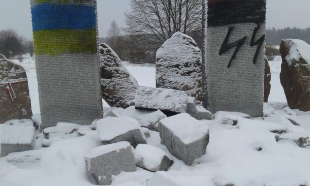 На Украине злодеи осквернили памятник убитым СС «Галичина» и УПА полякам