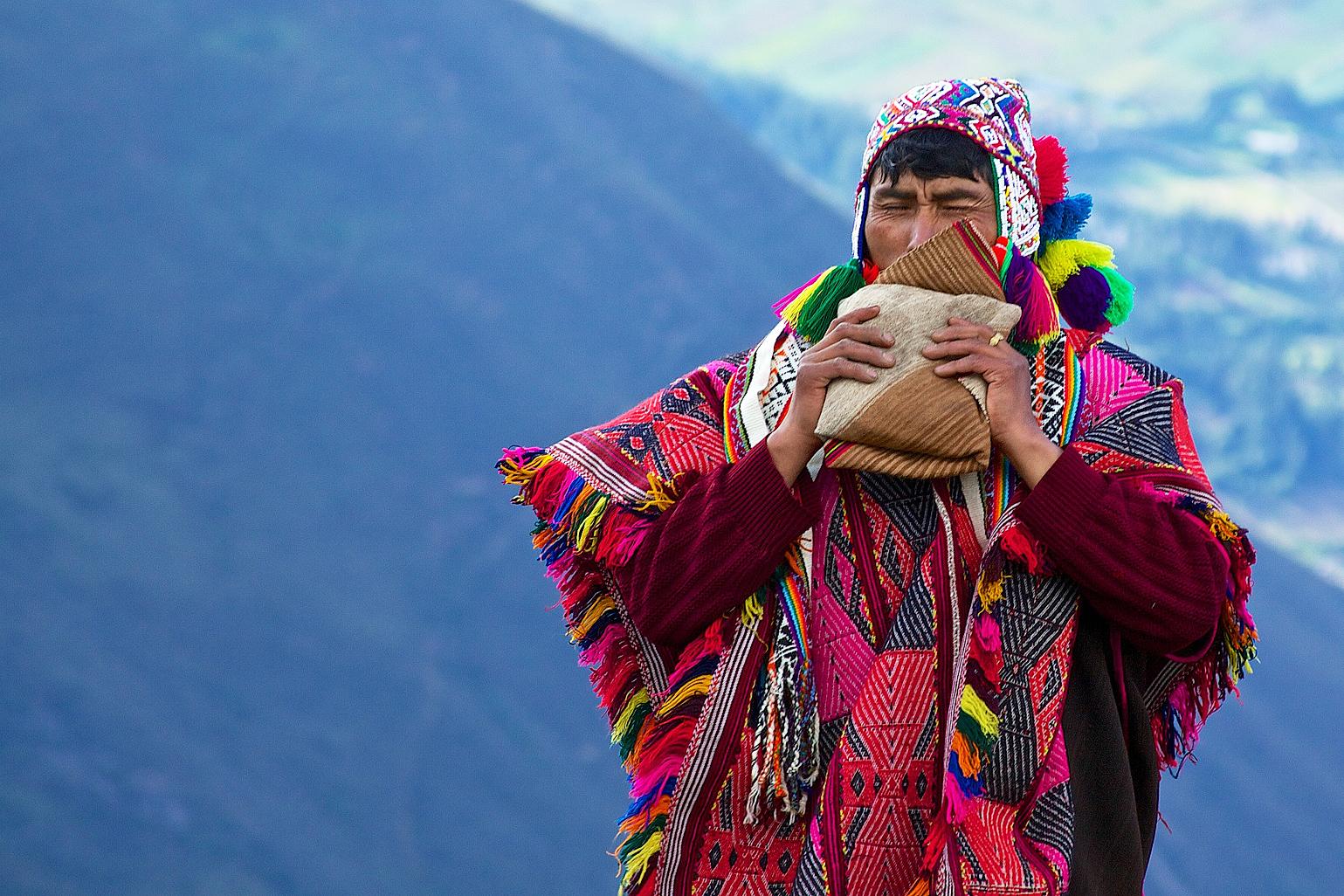 Шаман племени Кечуа вызывает горных духов