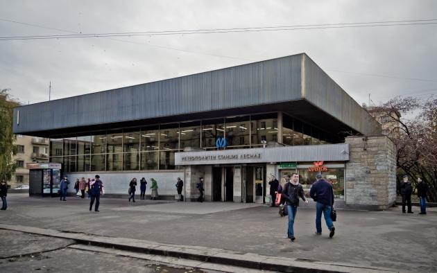 Станция метро «Лесная»