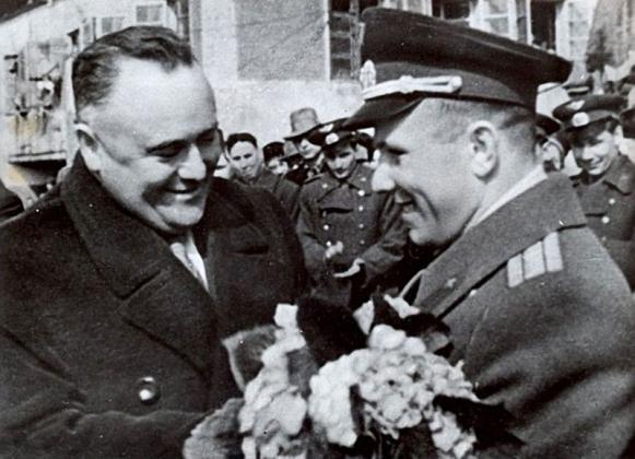 Королев поздравляет Гагарина с успешным завершением первого полета в космос, 29 апреля 1961 года