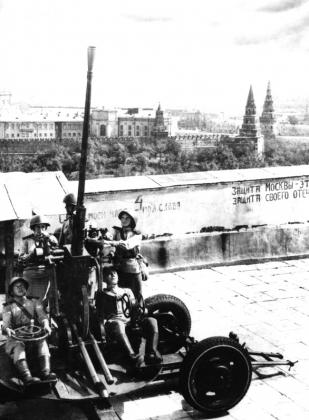 Зенитчицы на крыше библиотеки имени В.И. Ленина в Москве