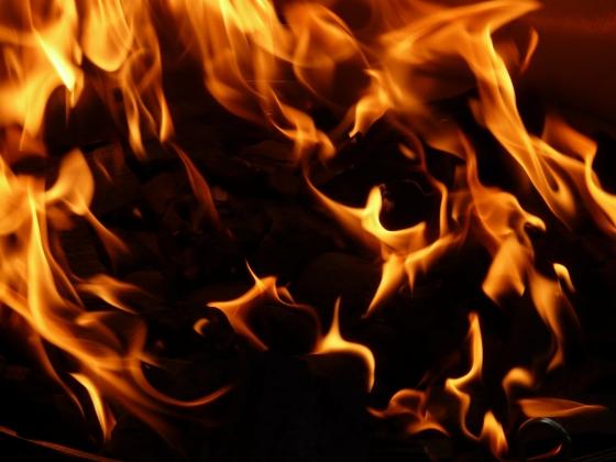 В Нефтеюганске огонь уничтожил жилой дом на 32 квартиры