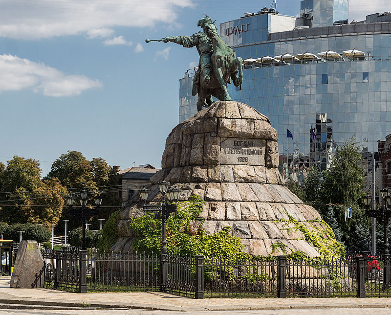 Фото побитого памятника в умани стекла