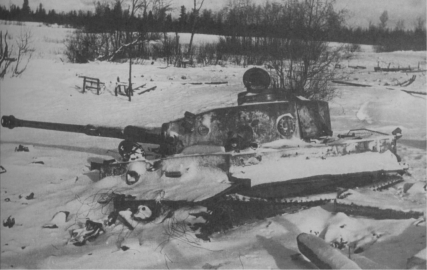 Тяжелый немецкий танк Pz.Kpfw. VI Ausf. H «Тигр», вероятнее всего, подбитый еще зимой 1943 года под Ленинградом