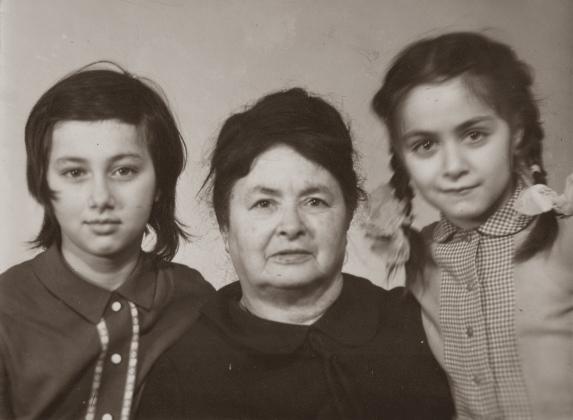 Е. М.Шварцман с внучками, 1970
