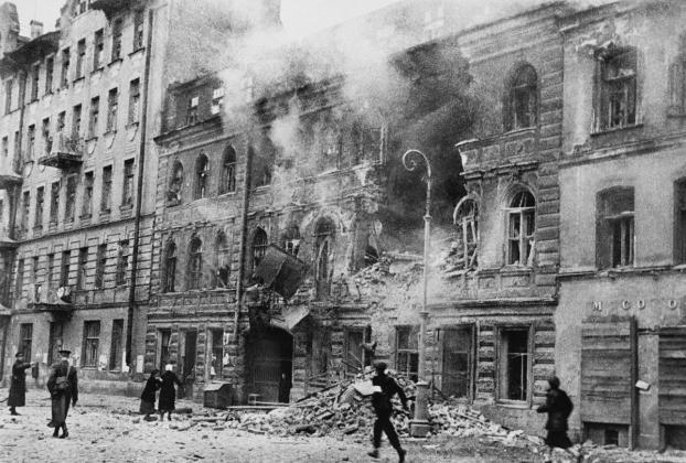 Дом № 13 на улице Глазовской (в настоящее время ул. Константина Заслонова) Ленинграда после окончания немецкого артобстрела
