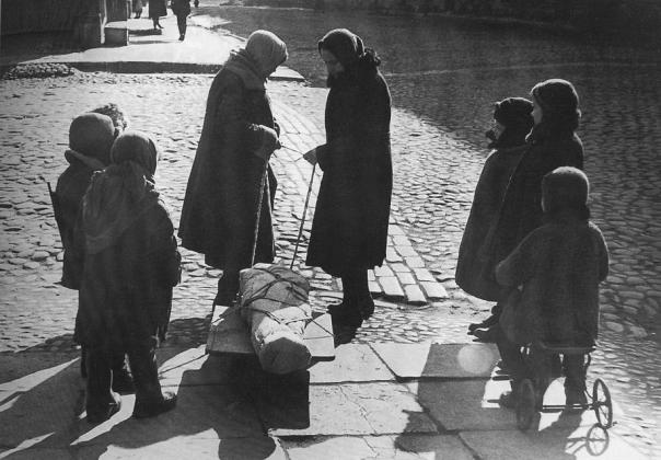 Весна 1942 г. Прощание со сверстником. Фото — В. Тарасевич