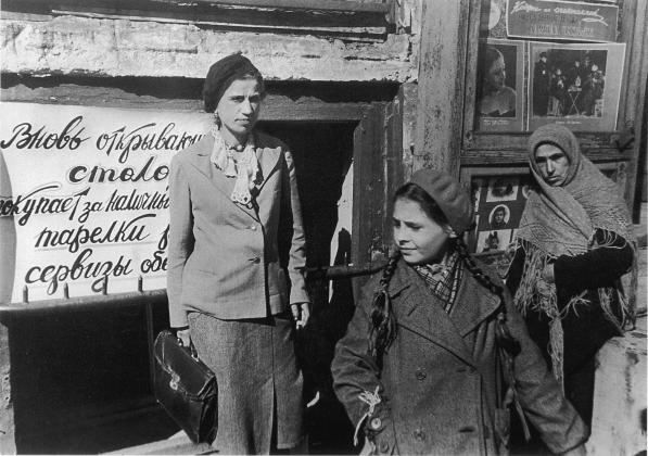 Прохожие у новой столовой в блокадном Ленинграде, 1942