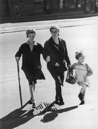 Cемья Опаховых на прогулке по улице Ленинграда. В центре В. А.Опахова, слева — ее дочь Лора (13 лет), справа — Долорес (4 года). 1942