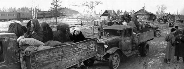 Эвакуируемые ленинградцы в грузовиках у железнодорожной станции в порту Кобона