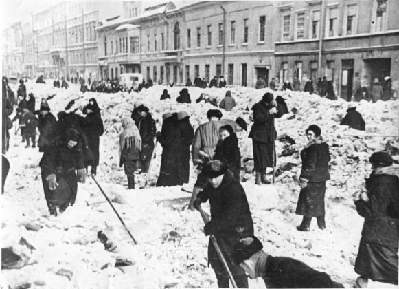 Жители блокадного Ленинграда на уборке улиц от снега, 1942
