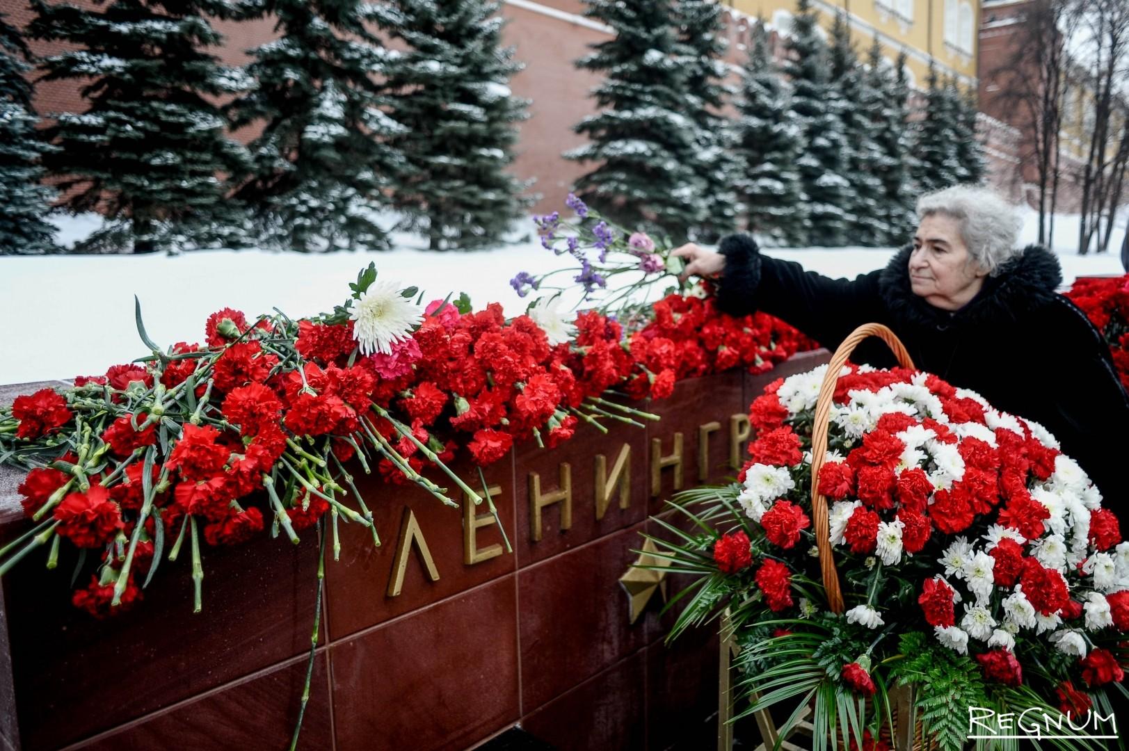 Возложение цветов к памятному знаку «Город-герой Ленинград»