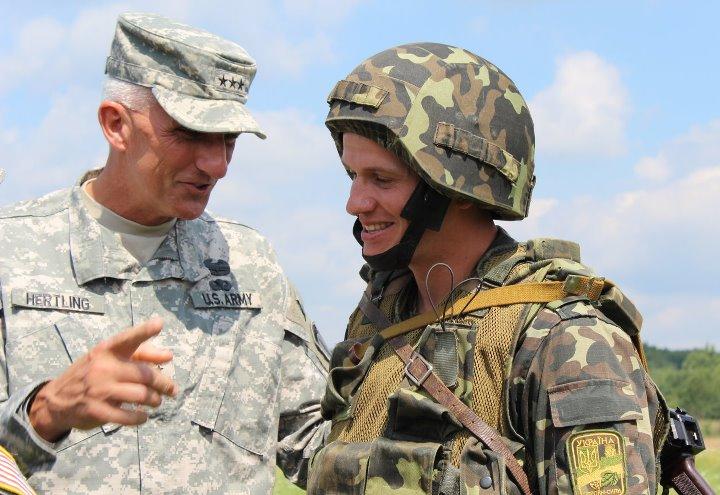 Командующий ВС США в Европе генерал Марк Хертлинг и солдат ВСУ. Яворовский военный полигон. Львовская область, Украина