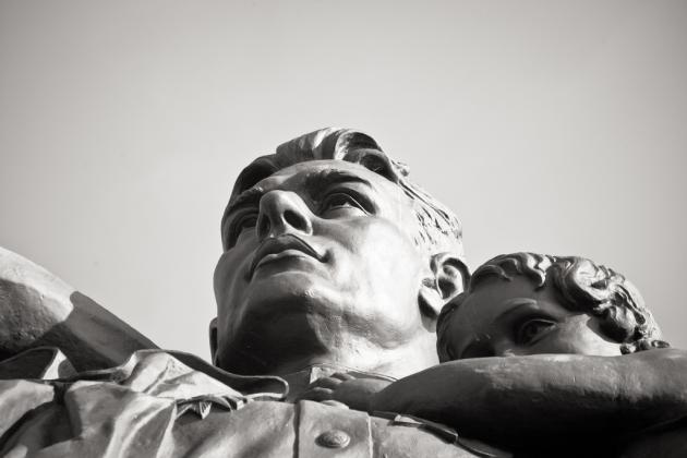 Монумент «Воин-освободитель» (фрагмент) в Трептов-парке в Берлине