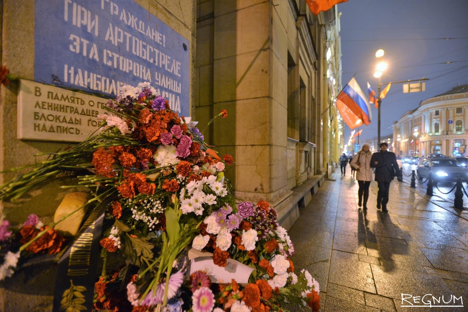 Цветы на Невском проспекте в день полного освобождения Ленинграда от блокады