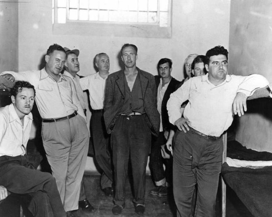 Герберт Соррэлл (второй слева) и его пикетчики во время задержания в 1937 году