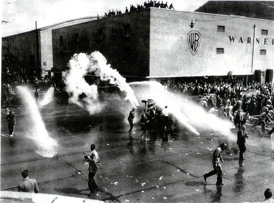 Голливудская чёрная пятница 1945 года. Забастовщики громят машины у офиса «Уорнэр Бразэрс»
