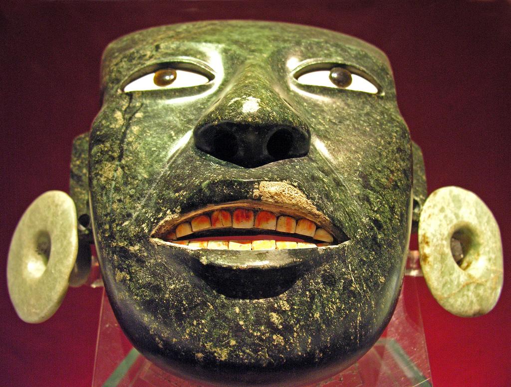 Маска ацтека из зеленого камня. Мексика
