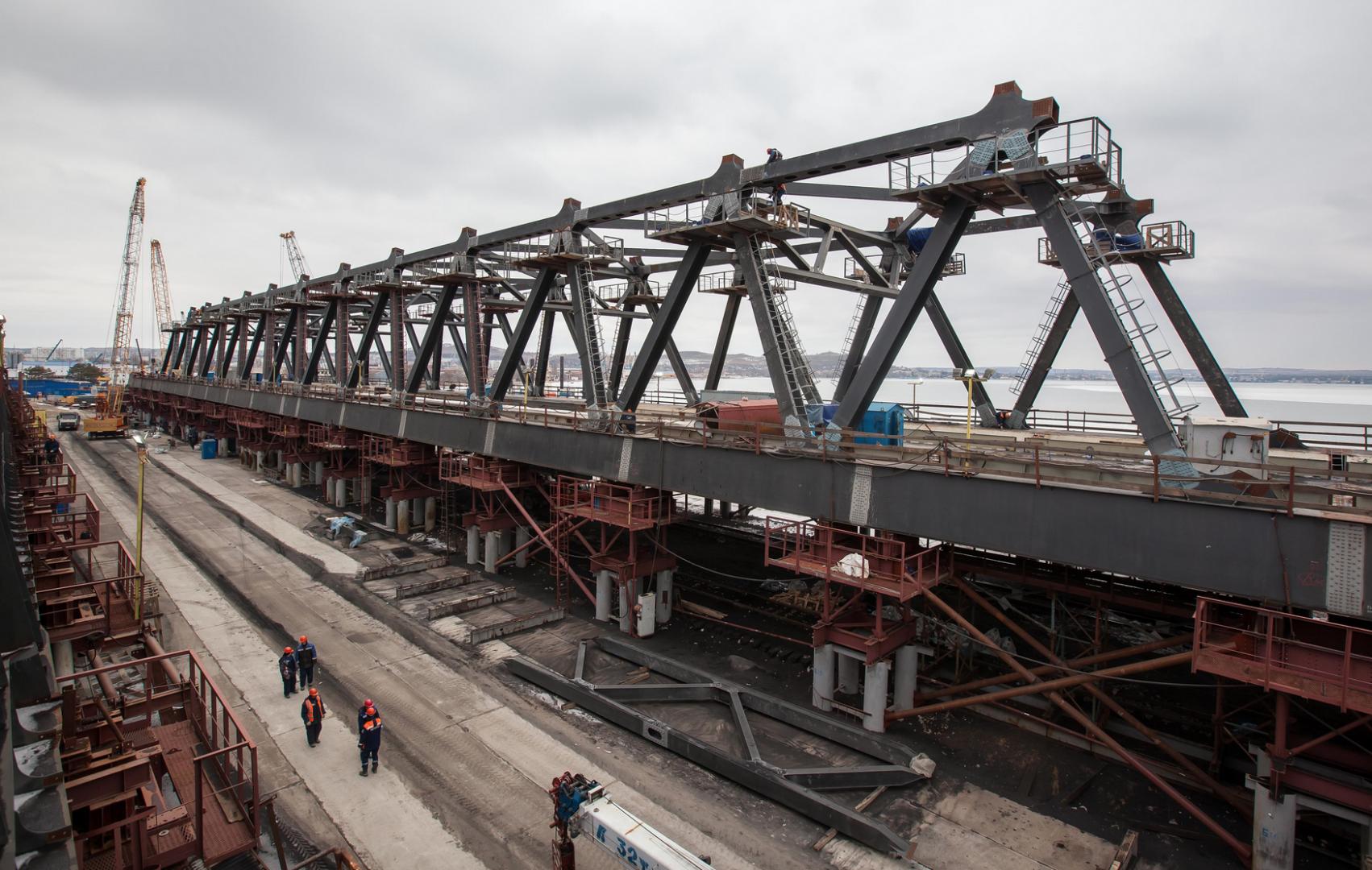 Проход первого тепловоза с составом по Крымскому мосту сняли на видео