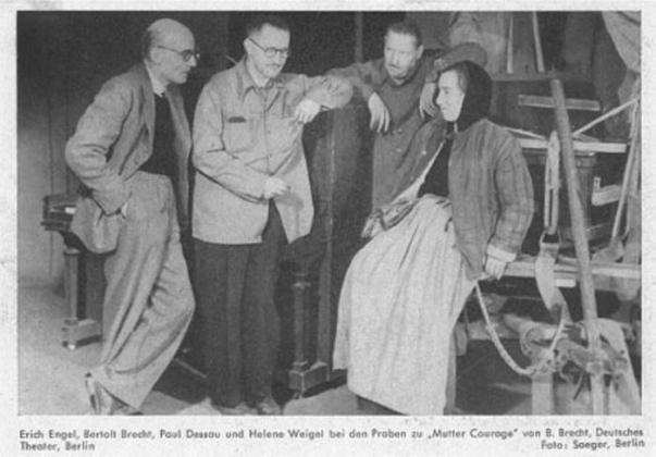 На фото Эрих Эмгель, Бертольт Брехт, Пауль Дессау, Елена Вайгель. Репетиция спектакля «Мамаша Кураж» в Немецком театре
