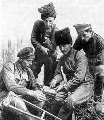 В. И. Чапаев, командир 2-го Николаевского советского полка И. Кутяков, командир батальона И. Бубенец и комиссар А. Семенников. 1918