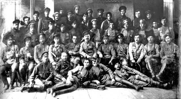 Командный состав и политработники 25-й стрелковой дивизии после занятия г. Уфы. Июнь 1919. В центре начдив В. И. Чапаев, рядом с ним слева комиссар Д. А. Фурманов, у ног Чапаева слева Пётр Исаев (Петька)