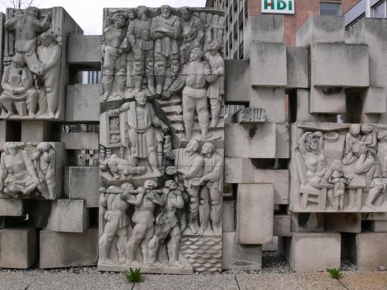 Статуя «Хвала революционерам» по стихам Брехта