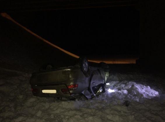 Автомобиль Fiat Albea лежит на крыше на льду реки Татьянки в Самаре