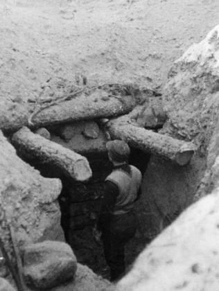 Финский солдат у входа в ДЗОТ на линии Маннергейма. 1939
