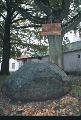 Памятный камень и знак немецко-фашистским захватчикам-танкистам Паулюса в калининградской Ясной Поляне